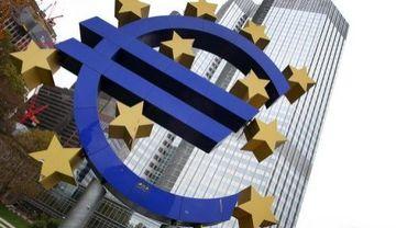Le logo de la monnaie unique devant la Banque centrale européenne à Francfort