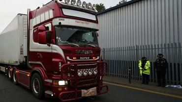 Des policiers près du camion frigorifique dans lequel les corps de 39 migrants morts ont été retrouvés, le 23 octobre 2019 à Grays, au Royaume-Uni