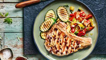 Recette : côte de veau au barbecue, olives et citron confit, courgettes grillées et vinaigrette tomate-abricot
