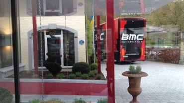 Le car BMC devant l'hôtel