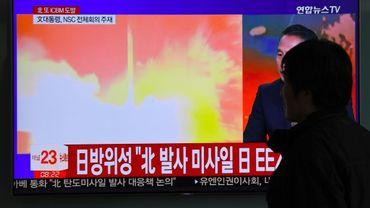 Un homme regarde la retransmission d'un lancement de missile nord-coréens à Séoul, le 29 novembre 2017