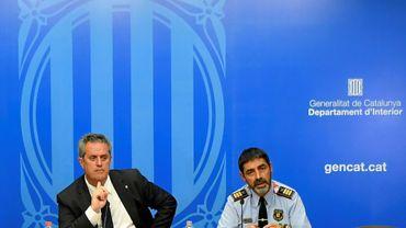 Le chargé de l'Intérieur du gouvernement régional catalan, Joaquim Forn (g) et le chef de la police régionale, Josep Lluis Trapero, lors d'une conférence de presse, le 31 août 2017 à Barcelone