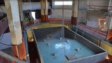 Le nouveau bâtiment conservera, au rez-de-chaussée, l'ancienne piscine Art déco de l'école normale d'Andenne. Elle servira de décor à la nouvelle bibliothèque.