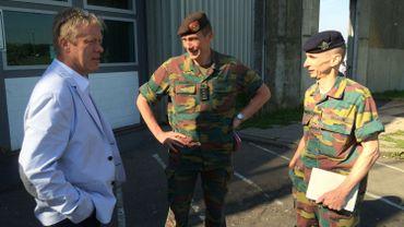 Le Commandant militaire de la Province de Liège, le Colonel Jean-Louis Crucifix et l'adjudant-chef Roland Bouquette, viennent d'arriver à la prison de Lantin. Ils sont en conversation avec Jean-François Duchêne, commissaire de police de la Zone Basse-Meuse.