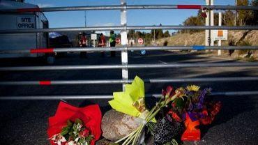 Des fleurs devant l'entrée de la mine de Pike River où 29 mineurs ont trouvé la mort, le 26 novembre 2010 à Greymouth, en Nouvelle-Zélande