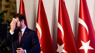 Le ministre turc des Finances Berat Albayrak s'essuie le front lors d'un discours à Istanbul, le 10 août 2018