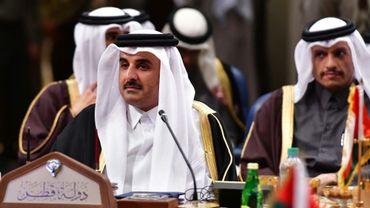 L'émir du Qatar Cheikh Tamin ben Hamad al-Thani (g) et le ministre qatari des Affaires étrangères cheikh Mohammed ben Abderrahmane Al-Thani (d), lors du Conseil de Coopération du Golfe, le 5 décembre 2017 à Koweït