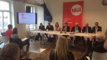 Elio Di Rupo, entouré des responsables de la Fondation Mons 2015 et du bureau d'études KEA