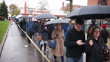 Les Français de Montréal font la file pour voter