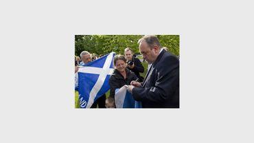 Le Premier ministre écossais Alex Salmond signe le drapeau écossais