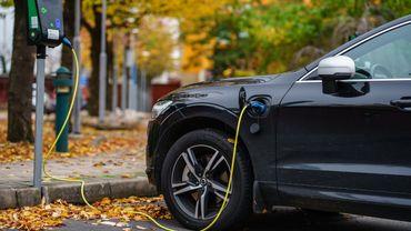 Pollution automobile : une ONG épingle les hybrides rechargeables.
