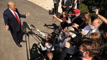 Donald Trump entouré de journalistes