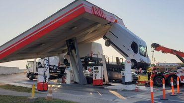 France: un camion s'encastre dans une pompe à essence