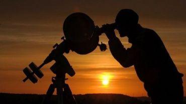 Un passionné d'astronomie devant son téléscope
