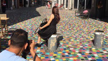 Les blogueurs s'en donnent à coeur joie sur les pavés colorés de la rue des Fripiers