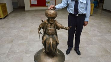 La nouvelle statue est en bronze.