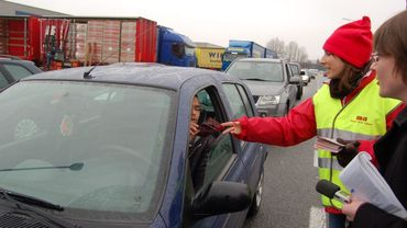 La FGTB distribue des tracts ce vendredi matin sur des chantiers de construction et des parkings, pour distribuer sensibiliser les travailleurs à la problématique du dumping social (illustration).