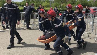 Quatre Cadets de l'Ecole du Feu de la Province de Liège évacuent un mannequin avec une civière de montagne. Une opération qui demande une bonne condition physique. Heureusement, les Cadets qui ont entre 16 et 18 ans sont en pleine forme.
