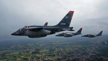 Des Alpha jets volant en formation lors du défilé militaire du 21 juillet 2015.