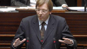 En 2007, le libéral flamand Guy Verhofstadt avait échoué à créer un gouvernement composé des seuls  libéraux et démocrates-chrétiens sous les couleurs de l'orange-bleue