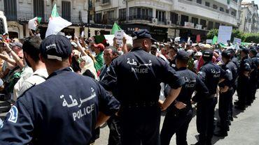 Des policiers algériens encadrent des manifestants à Alger, le 12 juillet 2019
