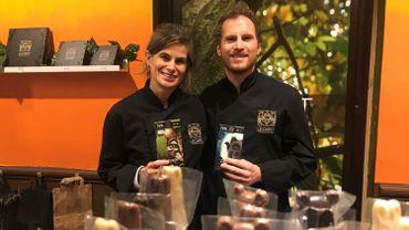 Patricia Forero et Thibaut Legast, un couple uni autour de l'amour pour le chocolat. Leur atelier de Braine-le-Comte est en plein préparatifs pour les fêtes de fin d'année. On peut y retrouver trois de leurs chocolats qui viennent de recevoir des prix internationaux.