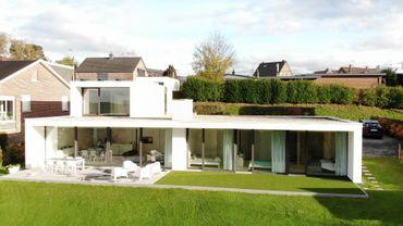 Construction sobre et minimaliste intégrée dans son environnement