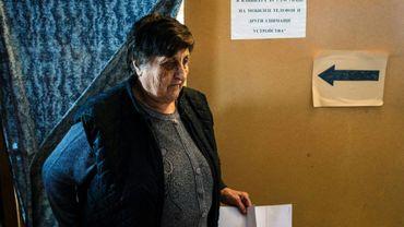 Une femme vote le 26 mars 2017 à Gabrovdol, Bulgarie