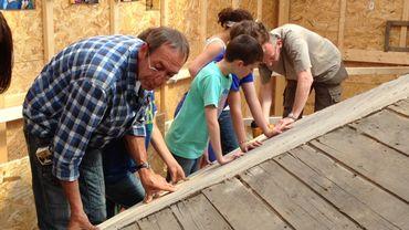 Atelier menuiserie: les enfants restaurent la charpente du kiosque de Marchin.