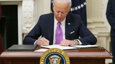 Le président Biden signe des décrets relatifs à la crise sanitaire à la Maison Blanche, le 21 janvier 2021