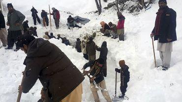 Pakistan: une fille enterrée par une avalanche retrouvée vivante après 18 heures