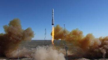 Lancement d'une fusée russe Proton transportant les satellites Luch-5V et KazSat-3 à Baïkonour au Kazakhstan le 28 avril 2014