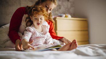 Près de 52% des Français continuent à raconter des histoires à leurs tout-petits.