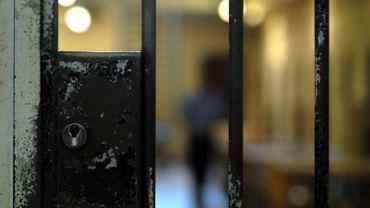 Un gardien effectue sa ronde dans la prison de Forest