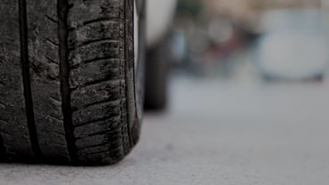 Si on ne risque aucune sanction à ne pas investir dans des pneus été, les spécialistes dénoncent surtout un non-sens tant économique qu'environnemental