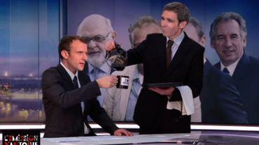 Parodie: quand David Pujadas sert un café à Emmanuel Macron