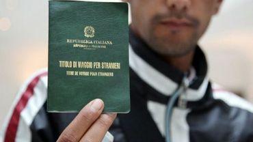 Un Tunisien présente le titre de voyage délivré les autorités italiennes à son arrivée le 8 mai 2011 à Paris