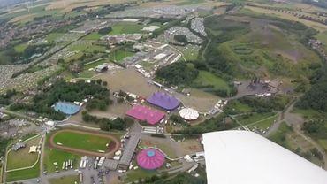 Dour vu du ciel: un avion a filmé le festival et ses campings