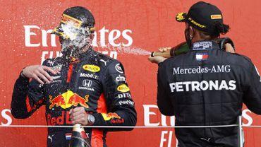 Max Verstappen aspergé de champagne par Lewis Hamilton