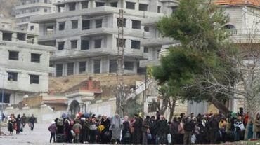 Des personnes attendent un convoi humanitaire dans la ville de Madaya en Syrie, le 14 janvier 2016