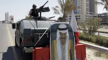 Le portrait du Premier ministre du Bahrein Sheikh Khalifa ben Salman al-Khalifa sur un tank de l'armée, le 19 mars 2011 à Manama