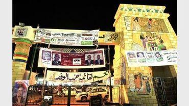 Des bannières électorales dans un marché de Charm el-Cheikh le 2 janvier 2012