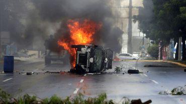 Un véhicule de police incendié par les manifestants à Managua le 2 septembre 2018
