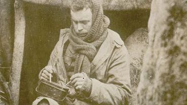 Soldat mangeant sa soupe dans une tranchée.