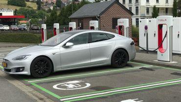 Des bornes Tesla sur le parking de l'Hôtel Verviers (1)