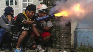 Un manifestant actionne un mortier artisanal au cours d'affrontements avec la police anti-émeutes à Masaya, à 35 km de Managua, le 9 juin 2018