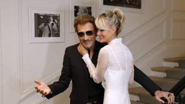 Johnny Hallyday son épouse Laeticia à Paris le 4 juillet 2016.