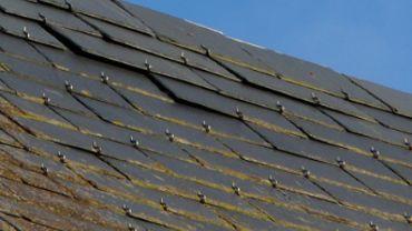 Les escrocs ont proposé aux octogénaires de replacer les ardoises sur leur toiture... ils sont repartis avec 4.000 euros en liquide - photo prétexte