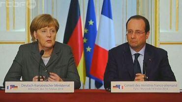 """Réunis lors d'une conférence de presse, François Hollande et Angela Merkel se sont prononcés en faveur de """"sanctions"""" contre le pouvoir ukrainien"""