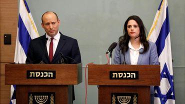 Le ministre israélien de l'Education Naftali Bennett (G) et la ministre israélienne de la Justice Ayelet Shaked (D) devant le Parlement à Jerusalem le 19 novembre 2018